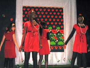 Photo: MÅNGKULTURELL VINTERFEST I MIRAHUSET  Ute var det kallt och mörkt, men i Mirahuset var ljusen tända och musiken spelade!  PÅ PROGRAMMET:  Lilla Åsnans dockteater visade julpjäsen Maria-Rakels lamm Teater Mirax skådespel Havronia-dottern Rap och hip-hop Internationella läckerheter Lopptorg Och en massa överraskningar!  Med i festen Internationella kultrsällskapet MIRA Invandrarundervisningen vid Vöråstans skola De ungas rådgivnings- och informationspunkt Reimari