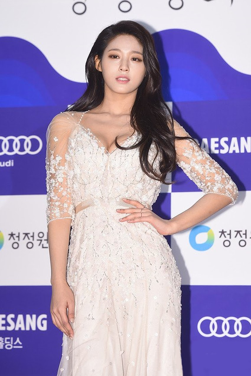 Seolhyun white red carpet