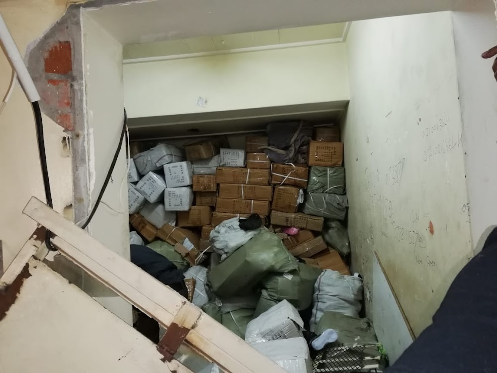Gekneusde polisie-toneelkomback by die CBD van Joburg, beslag gelê op gewere, vals goedere - SowetanLIVE Sunday World