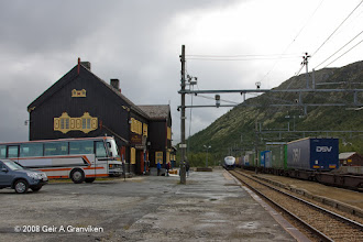 Photo: A freight train and the Oslo-Trondheim express crossing at Hjerkinn station, Dovre line