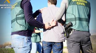 Imagen de archivo de la Guardia Civil con un detenido.