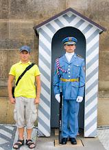 Photo: Vakava poseeraus Prahan linnan vartijan kanssa =)