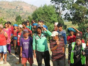 Photo: Afectados por el terremoto esperando recibir nuestra ayuda en la aldea de Khalte, distrito de Dhading.