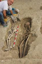 Photo: Una vez todo bien documentado se retiran los restos para su posterior limpieza y análisis antropológico forense.