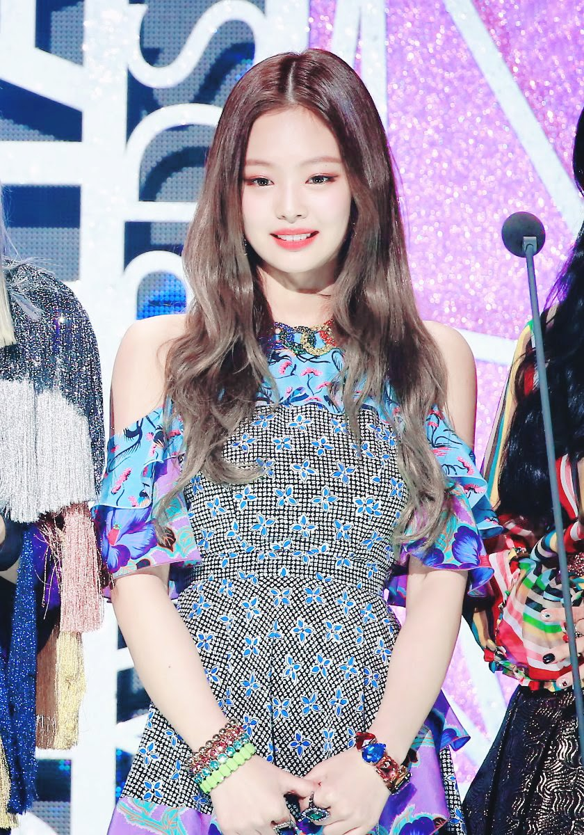 angularshoulders_jennie1