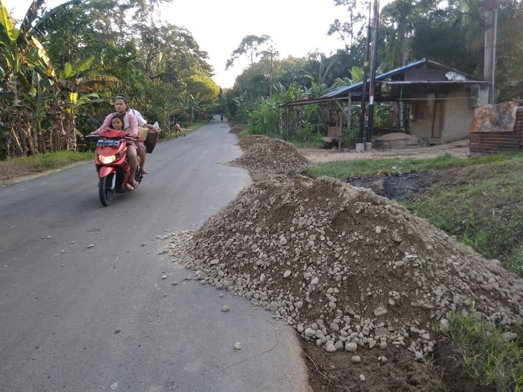 Material Proyek Menumpuk di Badan Jalan : Membahakan Pengguna Jalan