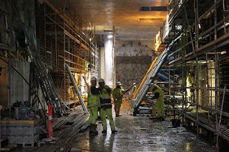 Photo: Italienske arbejdere ved at støbe indervæg op mod Marmorkirken på øverste perrondæk.