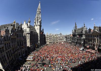 La Grand Place de Bruxelles est déjà remplie, des écrans géants pour compenser