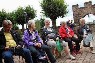 Photo: Her venter vi foran Abtei St. Hildegard på at Vesperen skal gå i gang