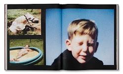 3 foto's: jongetje die ogen dichtknijpt, paard in een kuil en man languit liggend in plastic zwembadje