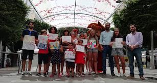 Foto de familia con los ganadores del concurso de dibujo.