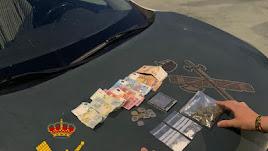 Dinero y droga incautados por la Guardia Civil.