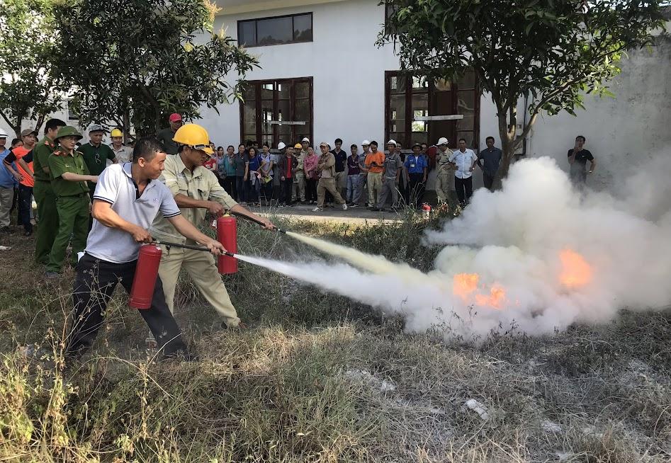 Các lực lượng PCCC cơ sở thực hành tình huống dập tắt sự cố cháy nổ do bình ga bị rò rỉ