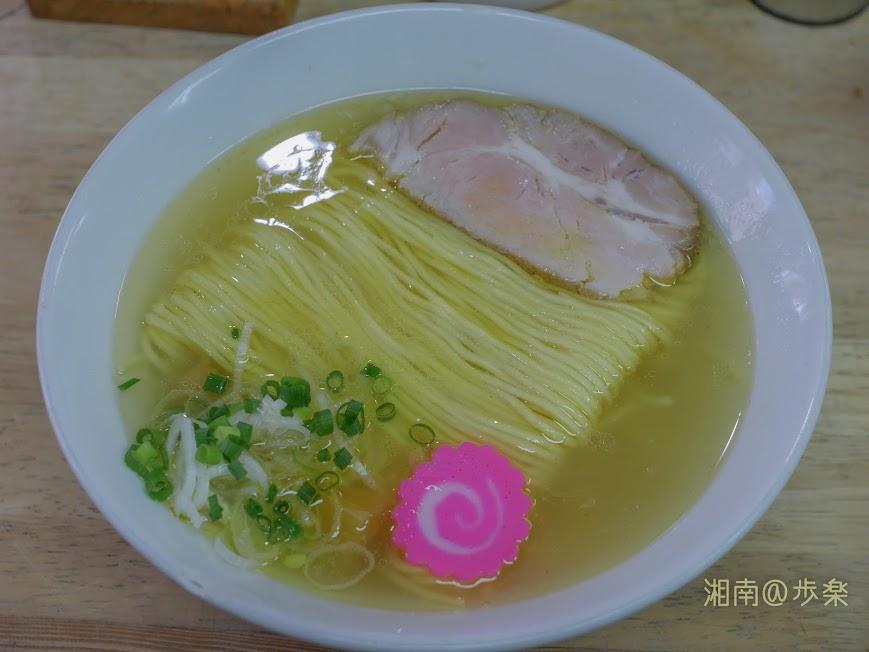 らーめんまつや 琥珀そば@700円 出汁と麺に比重を置いたシンプルな盛り付け