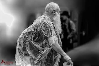 Photo: Mann im Regen und Plastikmüll