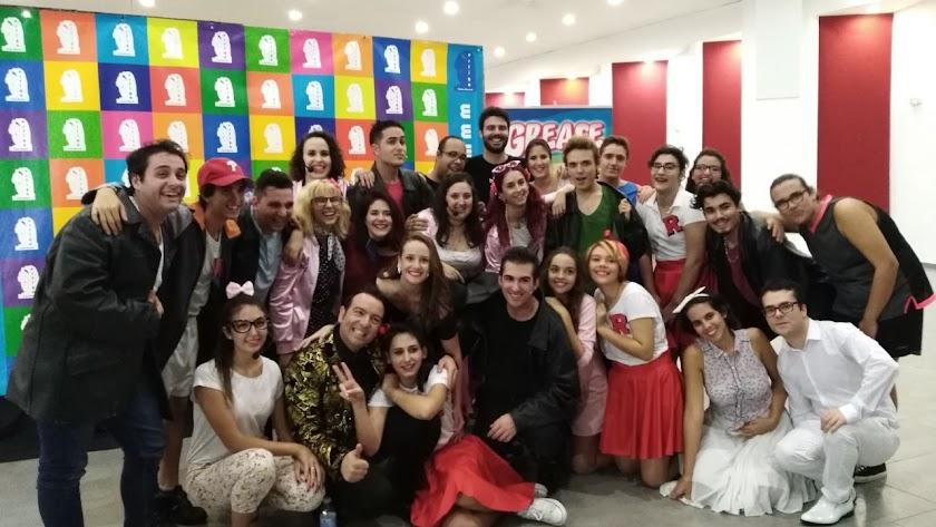 El equipo de Aedea Teatro durante la presentación de su último montaje, 'Grease', un musical muy premiado.