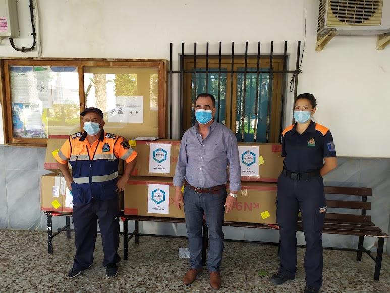 El alcalde de La Mojonera junto a personal de Protección Civil.