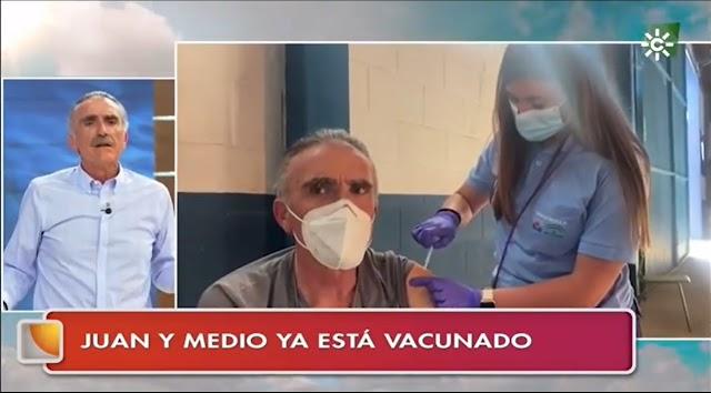Instante en el que Juan y Medio relata en su programa la vacunación.