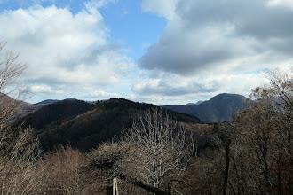 鍋尻山などを望む(その左に三国山や烏帽子山など)