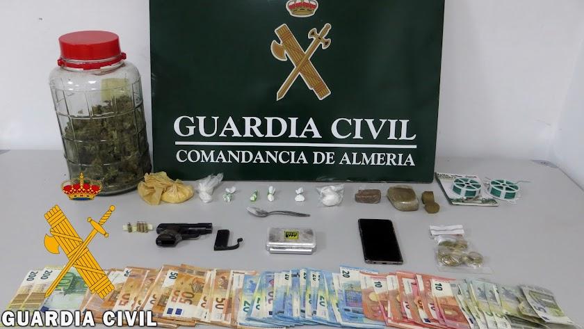 Droga, dinero y armas encontradas por la Guardia Civil.