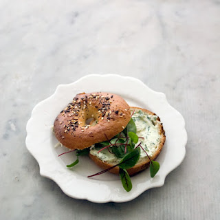 (Bagel with a pickled onion and herb schmear)