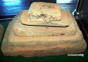 Photo: Ukuran dan bentuk batu-bata Benteng Sombaopu. Terdapat 14 ukuran : Terbesar : 43 x 24 x 7,5 cm Sedang : 29 x 17 x 3,5 cm Terkecil : 16 x 6 x 3 cm Bahan dari tanah liat, dikerjakan dengan tehnik cetakan. http://nurkasim49.blogspot.nl/2011/12/ii.html
