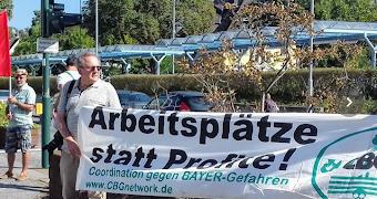 Protest vor dem Bayerwerk mit Transparent: «Arbeitsplätze statt Profite!».