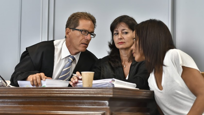 Esteban Hernández Thiel, Beatriz Gámez y Ana Julia Quezada conversan en el inicio de la vista oral