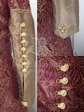 Photo: Vestido medieval em brocado especial com fio fantasia, vinho e dourado e tafetá dourado com botões e bordados. A partir de R$ 300,00.