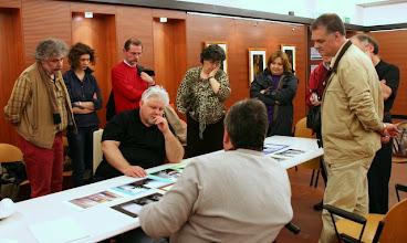 """Photo: Tullio FRAGIACOMO legge il portfolio """"profumato"""" di Renzo BELLOGI"""