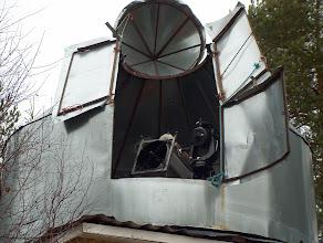 Photo: Tähtitorni luukut avattuna. 40 cm:n newtonin vierellä oleva kaukoputki on Celestron C8.