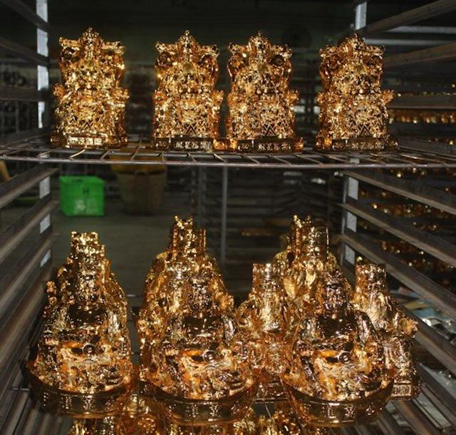 Xi mạ vàng bằng mạ điện giúp tạo lớp xi đều màu hơn