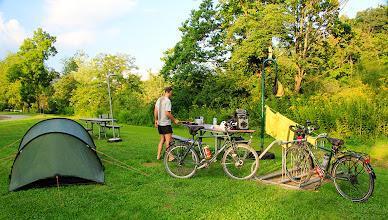Photo: Un beau campement sur le bord de la rivière au State Park Outflow, à Confluence, sur le Great Alleghany Passage.