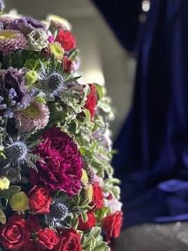 Rosa spray roja, clavel colombiano púrpura, rosas rojas, gerbera mini púrpura, cardo, crisantemo y alstroemeria para el Señor de Pasión.