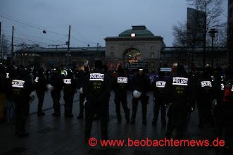 Photo: Das ist die Sicht von außen auf die Auftaktkundgebung. Versammlungsfreiheit?