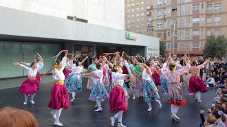Lo 31 alumnos del Departamento de Danza Española cerraron el acto.