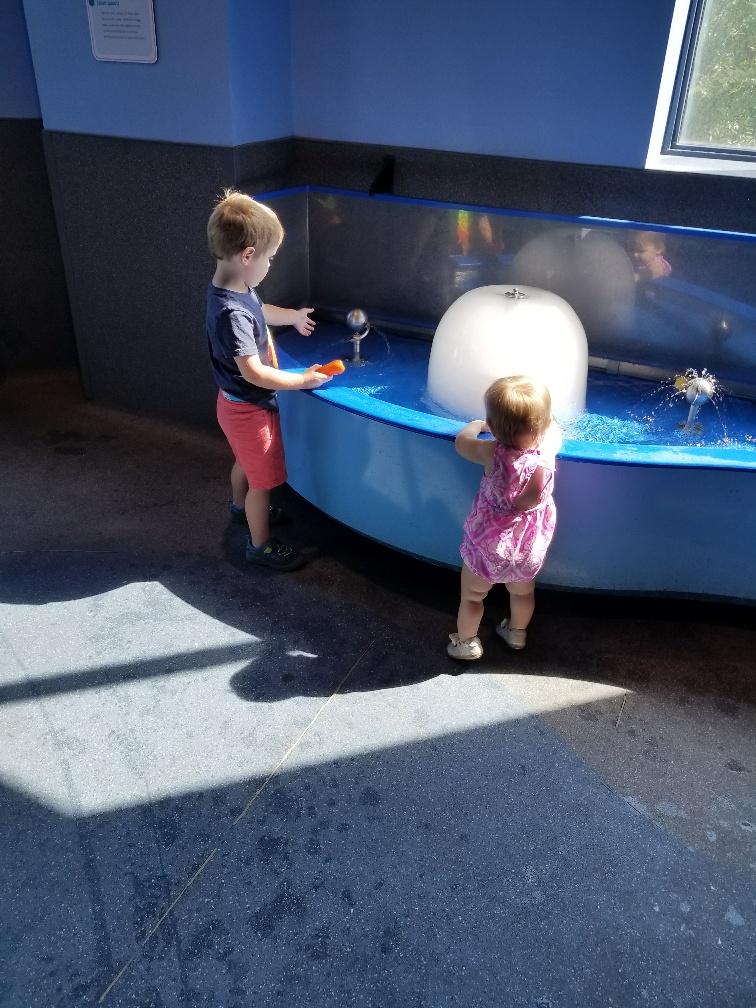 siblings-playing-in-fountain