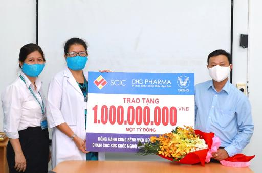 Đại diện Dược Hậu Giang tặng chi phí tài trợ cho đại diện Bệnh viện Nhiệt đới TP HCM.