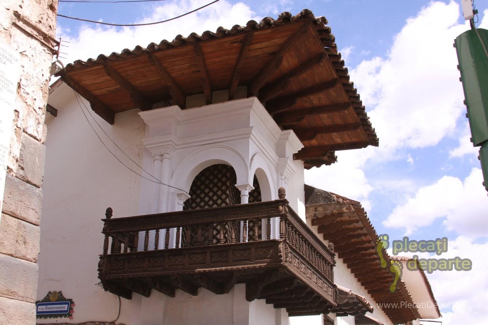 balcon din lemn al unei constructii din Cusco, Peru
