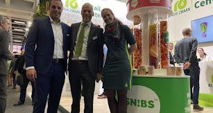 JAvier García posa junto a sus compañeros en el stand de la empresa holandesa.