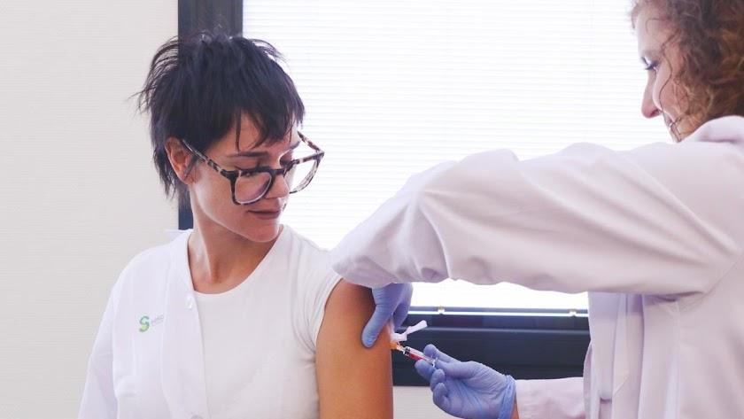 Imagen de archivo de una mujer vacunándose contra la gripe.