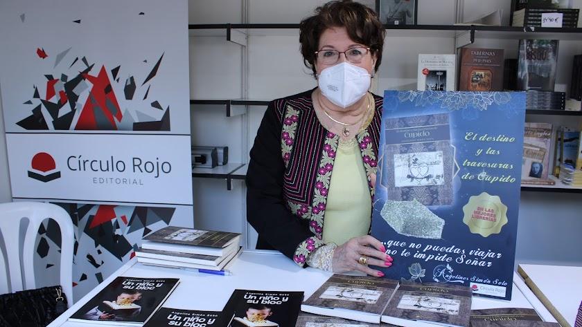 Angelines Simón Soto en el stand de Círculo Rojo y junto a sus dos libros publicados.