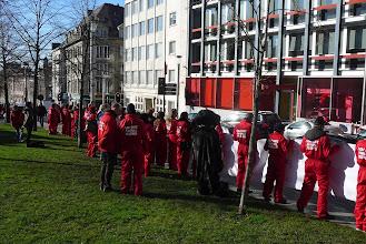 Photo: Le 3 Février, CAV fait un nouvel appel à Onkelinx pour interdire les expériences sur les singes. 79% des Belges exigent l'interdiction légale selon le dernier sondage. Manifestation devant le siège social du PS.