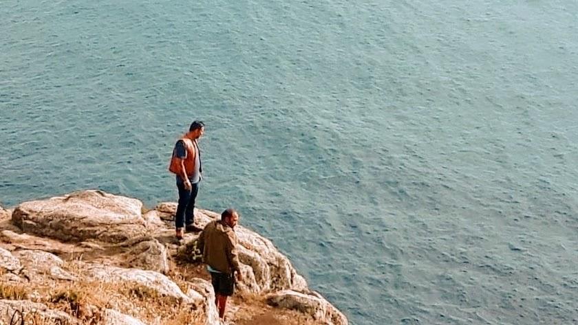 Antonio y su hermano Miguel Ángel, tras arrojar las cenizas de su hermana al océano.