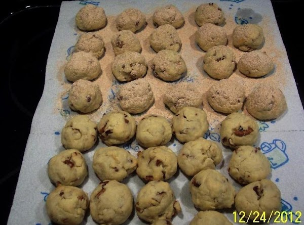 COMBINE POWDERED SUGAR WITH THE CINNAMON.SIFT THIS  MIXTURE OVER THE WARM COOKIES,OR ROLL...