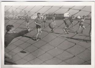 Photo: Martín intentando parar una pelota ante la mirada de Olóriz, Bermejo, Andrés Cortés.....