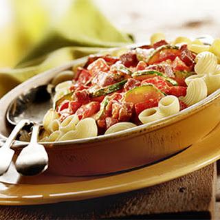 Pipe rigate met Italiaanse salami, courgette en mascarpone