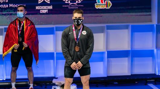 David Sánchez en el podio con la medalla de bronce.