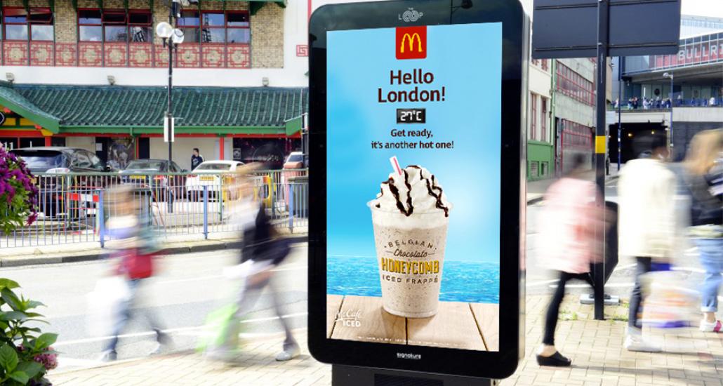 Campagna di McDonald's weather reactive come esempio del summer marketing: il display collocato in strada mostra la gamma di Iced Frappè man mano che la temperatura sale, indicando anche quanti gradi ci sono.