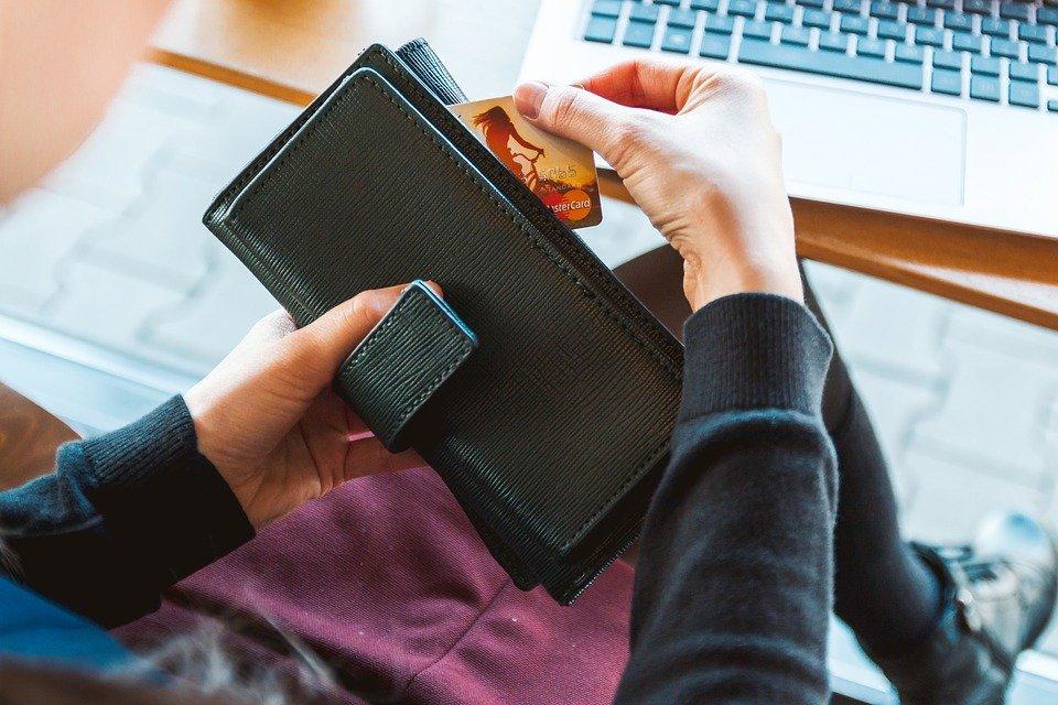 Pastikan untuk selalu bertransaksi dengan kartu kredit sesuai dengan kemampuan membayar bulananmu